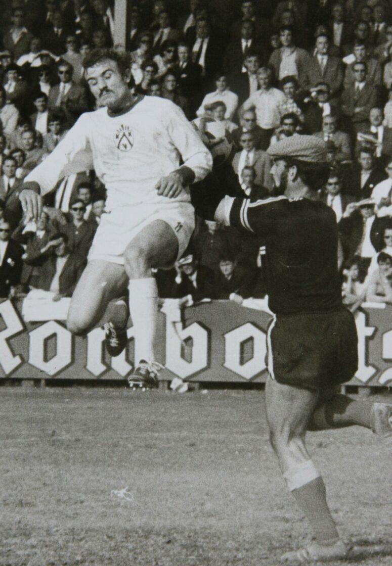 KV Kortrijk 1971 1972 Kampioen Freddy Seys Tegen FC Poperinge Foto Repro/VDB
